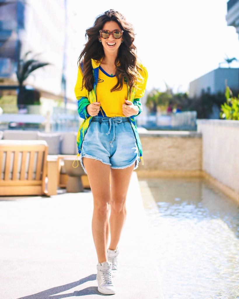 Luiza Sobral look verde e amarelo short jeans blusa do brasil