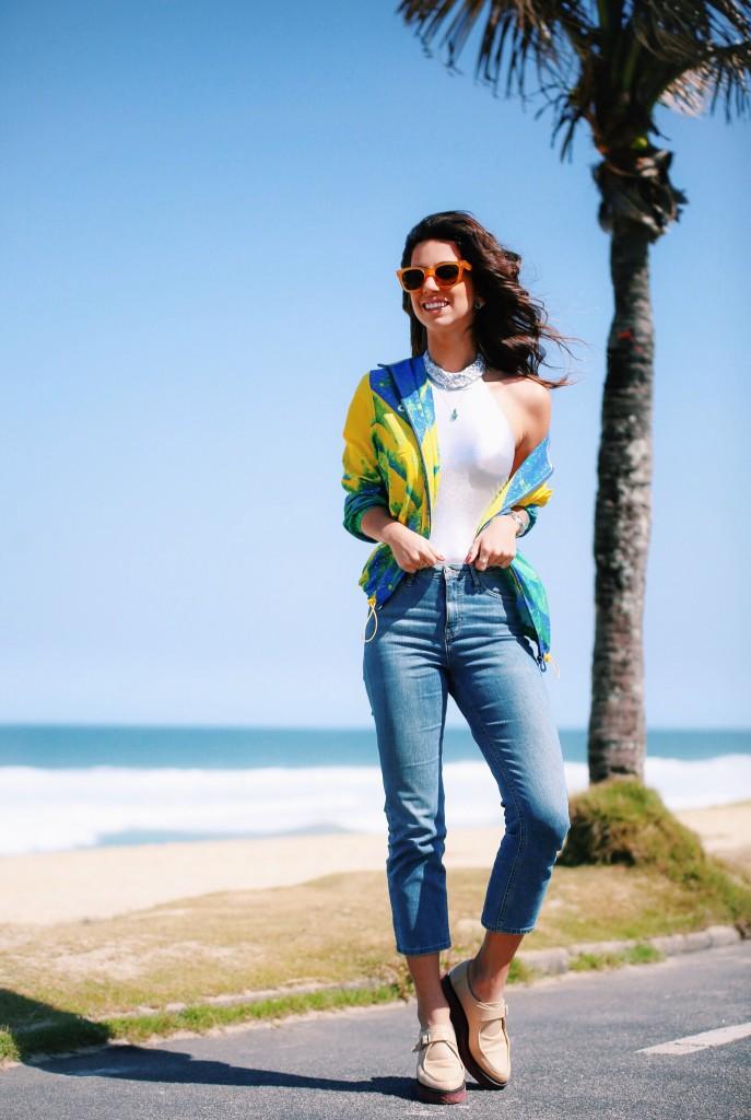 Look olimpíadas: body metalizado, jeans, casaco seleção de volei do Brasil e flatform