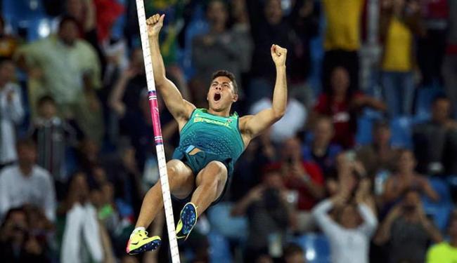 Thiago Braz comemora ainda no ar a vitória do ouro no salto com vara