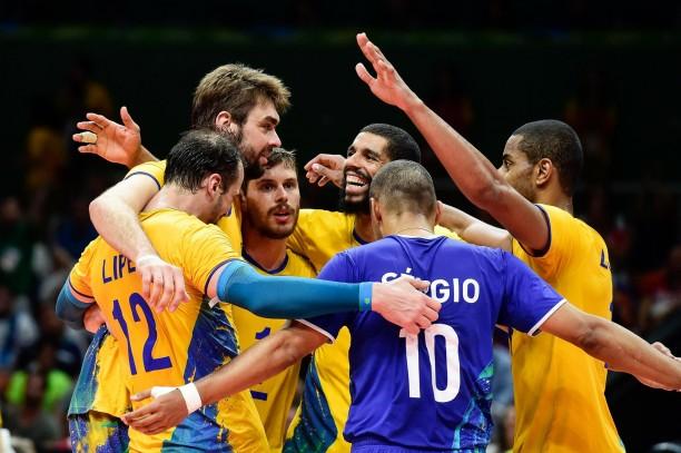 seleção olímpica de vôlei comemorando ouro rio2016